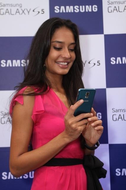 Lisa Haydon presents Galaxy S5 smartphone