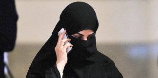 Saudi girls with smartphones