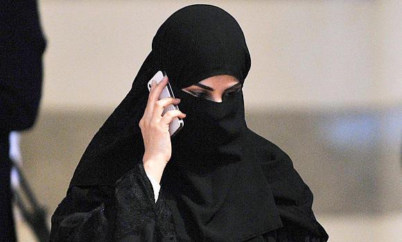 Saudi girls with smartphones